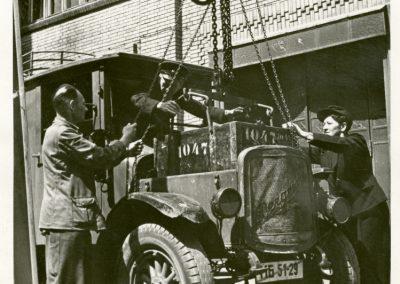 Batteriewechsel an einem Paketzustellwagen in Berlin-Borsigwalde, 1946 © MKF Peter Cürlis