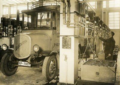 Vorbereitung Ladung eines elektrischen Paketzustellwagens 1932 © Museum fuer Kommunikation Frankfurt Robert Sennecke