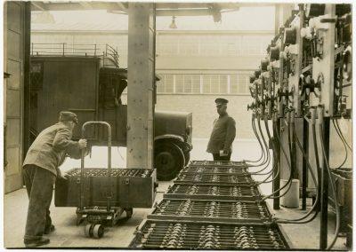 Wartung eines Elektrowagens © Museum fuer Kommunikation Frankfurt Robert Sennecke
